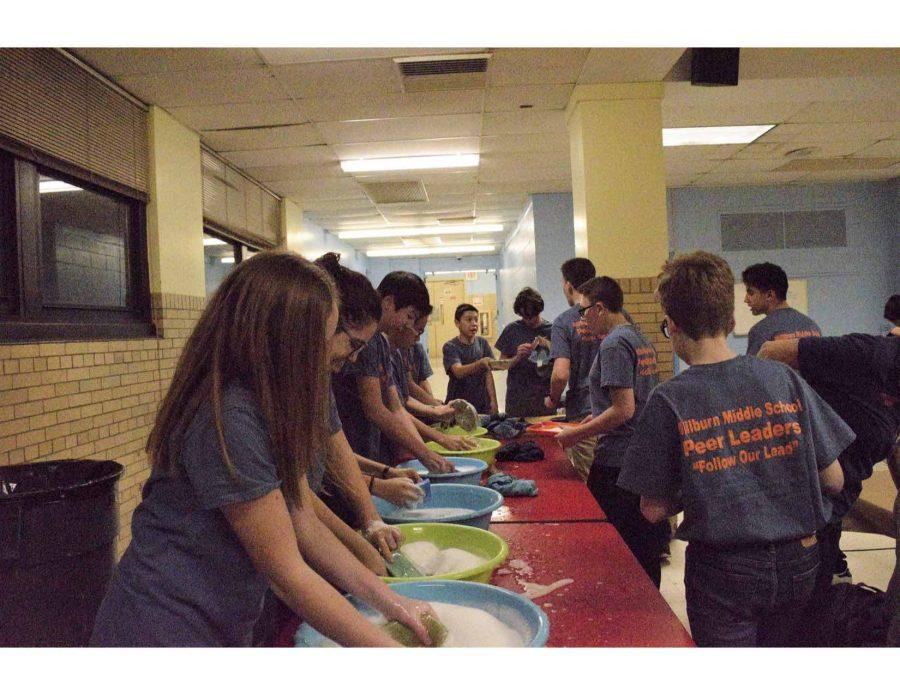 MMS+Peer+Leaders+wash+handmade+bowls+at+the+Empty+Bowls+event