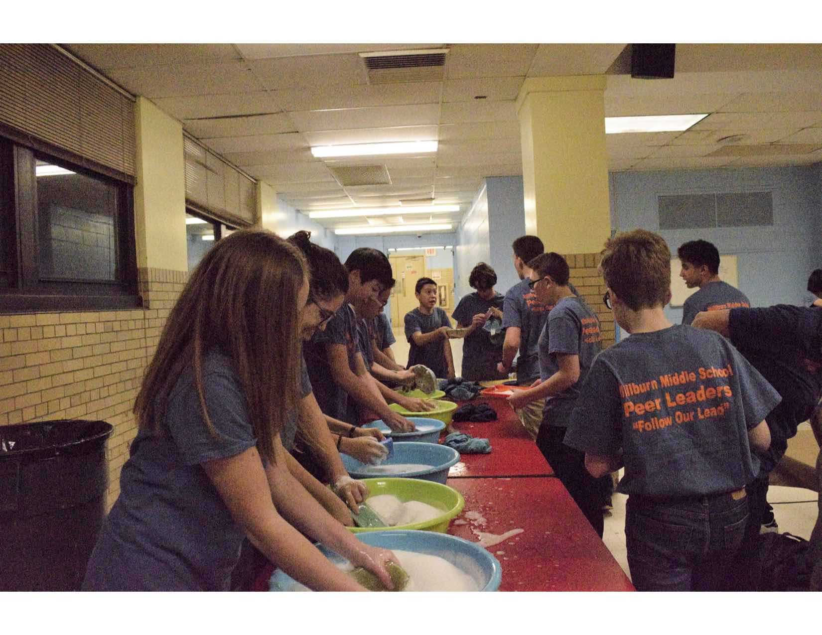 MMS Peer Leaders wash handmade bowls at the Empty Bowls event